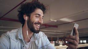 Vídeo feliz del hombre de negocios que invita al teléfono móvil en café almacen de video