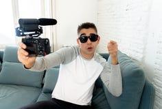 Vídeo feliz novo da gravação do blogger na câmera para o blogue do Internet que aponta na câmera imagens de stock royalty free