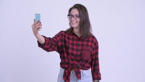 V?deo hermoso joven feliz de la mujer del inconformista que llama y que muestra el tel?fono metrajes