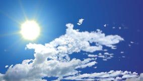 Vídeo inconsútil de la cantidad del cielo azul del día soleado brillante Buen tiempo almacen de metraje de vídeo