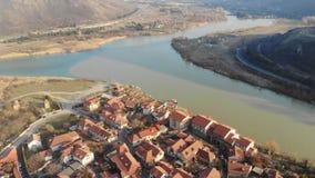 vídeo 4K aéreo de rios bicolores na beira de Geórgia, Mtskheta video estoque