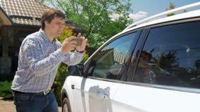 vídeo 4k de imagens de tomada de fatura novas de seu carro para a companhia de seguros vídeos de arquivo