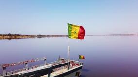 vídeo 4K de la bandera de Senegal en el barco que agita en el cielo azul almacen de video