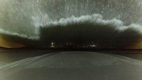 vídeo 4K de la carlinga del coche del parabrisas que es lavado almacen de metraje de vídeo