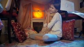 vídeo 4k de la muchacha sonriente hermosa que juega en piso con el oso de peluche almacen de metraje de vídeo