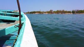 vídeo 4K de los flotadores azules y blancos de madera de la canoa en superficie del agua metrajes