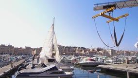 Vídeo 4K de los muelles del puerto de Marsella Vieux almacen de metraje de vídeo