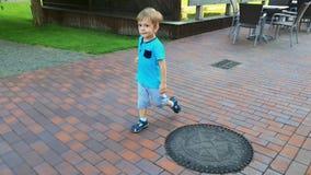 vídeo 4k de menino perdido da criança que corre na rua vazia da cidade video estoque