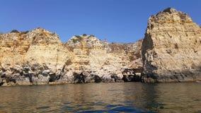 vídeo 4k de rochas enormes na praia do penhasco do Praia a Dinamarca Marinha, praia escondida bonita perto de Lagoa o Algarve Por video estoque