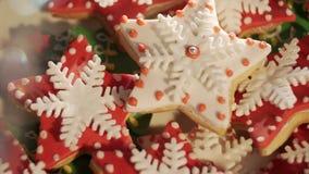 Vídeo 4k, decorando cookies do bolo do gengibre para o Natal cookies Multi-coloridas Multi-coloriu um fígado para o Natal video estoque