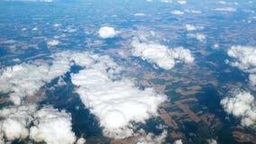 vídeo 4k del top en campos y de los prados en la tierra cubierta con las nubes blancas metrajes
