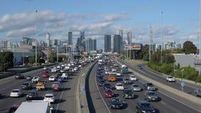 vídeo 4k del tráfico y del paisaje urbano de la carretera almacen de metraje de vídeo