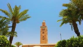 vídeo 4K do minarete da mesquita de Koutoubia no quarto de medina de C4marraquexe, Marrocos Há jardim verde bonito com palmas video estoque