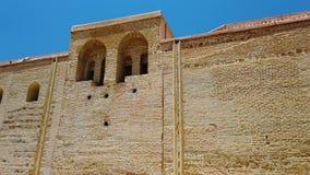 vídeo 4K do minarete da mesquita de Koutoubia no quarto de medina de C4marraquexe, Marrocos Há jardim verde bonito com palmas filme