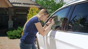 vídeo 4k do motorista fêmea que toma imagens de seu carro para a companhia de seguros filme