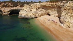 vídeo 4k do Praia a Dinamarca Rocha da praia em Portimao O Algarve filme
