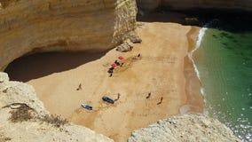 vídeo 4k do Praia a Dinamarca Rocha da praia em Portimao O Algarve vídeos de arquivo