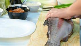 vídeo 4K La mujer cortó los salmones frescos del cocinero principal almacen de video