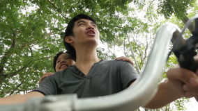 vídeo 4K: Pequeño niño asiático que completa un ciclo con el padre