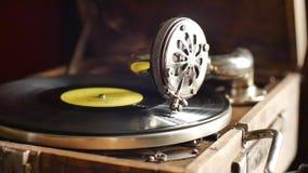 vídeo Lazo-capaz del vintage del gramófono viejo, jugando un expediente, cierre encima de la cámara lenta almacen de metraje de vídeo