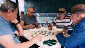 Vídeo mayor de los jugadores del juego del dominó metrajes