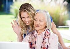 Vídeo mayor feliz de la mujer y de la nieta Foto de archivo
