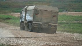 Vídeo militar ruso de mudanza de la cámara lenta del transportador de la correa eslabonada metrajes