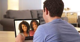 vídeo Multi-étnico de los amigos que charla en el ordenador portátil Fotos de archivo libres de regalías
