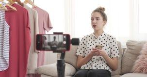Vídeo novo da gravação do desenhador de moda para vlogging filme