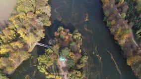 Vídeo panorámico aéreo del abejón al parque dendrological nacional Sofiyivka en la ciudad Uman, Ucrania metrajes