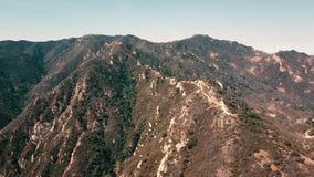 Vídeo panorâmico aéreo do cinema da ideia de formações da montanha em Malibu de um helicóptero Los Angeles, Califórnia video estoque