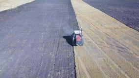 Vídeo Ploughing da antena do campo do trator Preparação do cultivo de solo da indústria da agricultura para semear a semente ou p filme