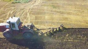 Vídeo Ploughing da antena do campo do trator Preparação do cultivo de solo da indústria da agricultura para semear a semente ou p video estoque