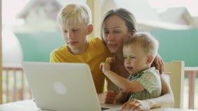 Vídeo que conversa com crianças vídeos de arquivo