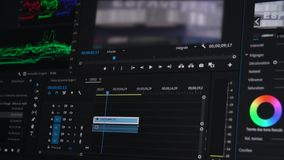 Vídeo que corrige en un ordenador, postproduction, fabricante 4K del clip almacen de metraje de vídeo