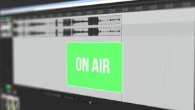 Vídeo que muestra la forma de onda móvil de la grabación de audio en línea y advierte al usuario con el centelleo del botón alert metrajes