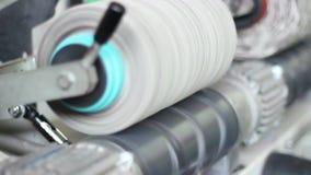 Vídeo que sigue el telar industrial almacen de video