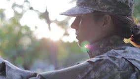 Vídeo soleado del soldado almacen de metraje de vídeo