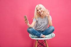 Vídeo sonriente de la mujer que charla en smartphone Foto de archivo