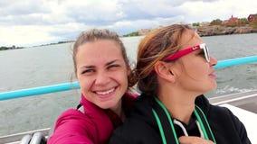 vídeo Un par lesbiano joven está navegando en una nave y está tomando un selfie almacen de video