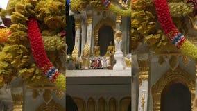 Vídeo vertical para aplicações sociais dos meios em dispositivos móveis Casa do espírito no phum do phra de Tailândia san filme
