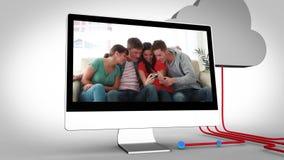 Vídeos de amigos en los dispositivos múltiples almacen de metraje de vídeo