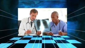 Vídeos de los doctores que analizan la radiografía almacen de metraje de vídeo