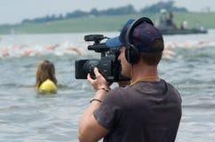 Vídeos del cameraman de la televisión el acontecimiento de natación de la milla de Midmar Imagen de archivo