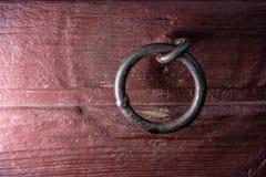 Vínculo del metal soldado con autógena en pared de madera roja fotografía de archivo