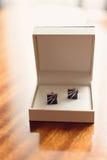 Vínculos de manga elegantes en la caja blanca Fotografía de archivo libre de regalías