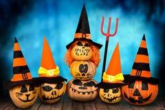 Víspera de Todos los Santos Calabazas asustadizas en sombreros Diseño de Halloween con las calabazas Fotos de archivo