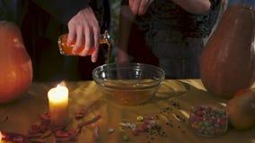 Víspera de Todos los Santos Dos magos están preparando una poción en todos los santos Eve almacen de metraje de vídeo