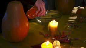 Víspera de Todos los Santos Dos magos están preparando una poción en todos los santos Eve metrajes