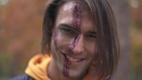 Víspera de Todos los Santos Individuo sonriente con el maquillaje de Halloween metrajes